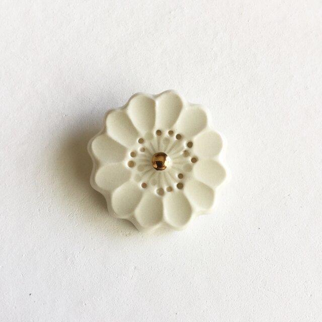 陶ブローチ 白い花の画像1枚目