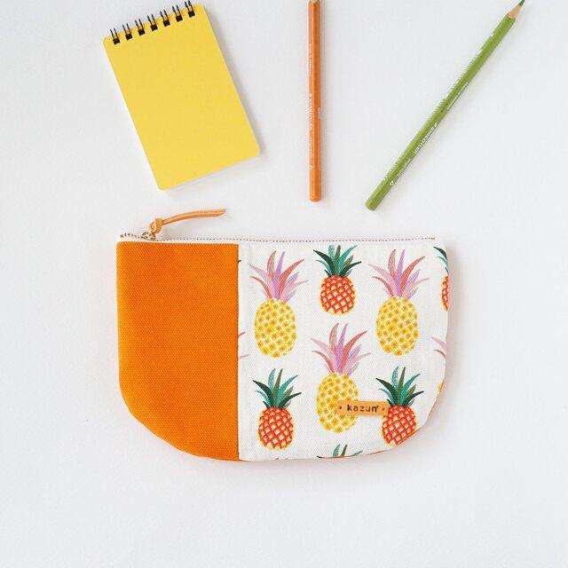 一点もの!デザイナーズ生地で作ったパイナップル柄の半月型ポーチ・本革使用(オレンジの帆布)の画像1枚目