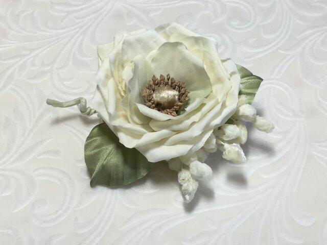 白い実と薔薇の画像1枚目