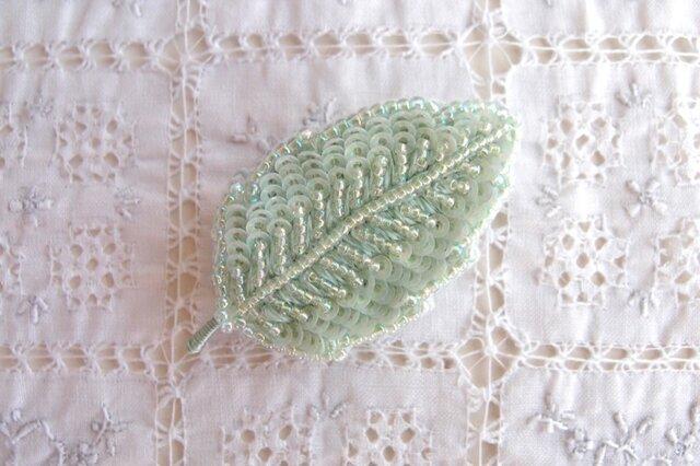 ちいさな葉っぱブローチ ミントシャーベットの画像1枚目