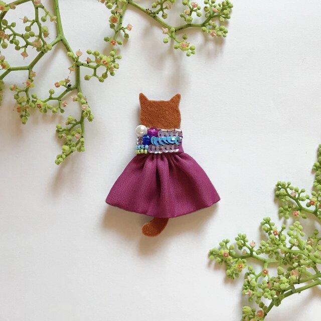 【せなかねこブローチ】葡萄ワンピースの猫ちゃん(フェルト・スパンコール・ビーズ・刺繍)の画像1枚目