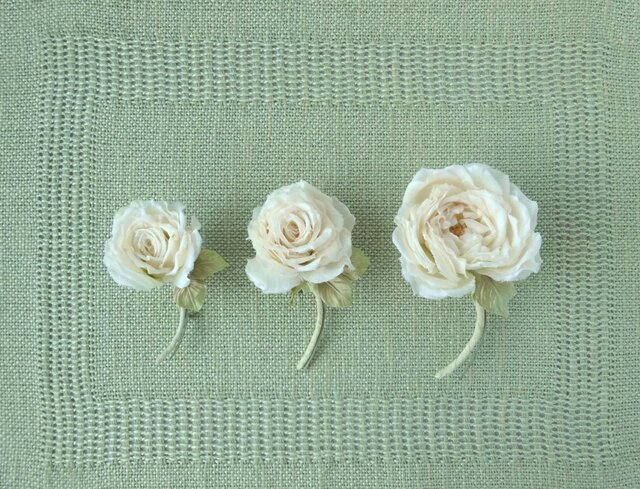 静かなオフホワイトの薔薇 M * シルク絖製 * コサージュの画像1枚目