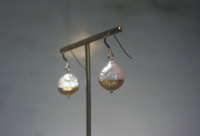 金箔とパールのピアス/Half moonの画像1枚目