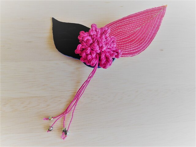 花とリーフのブローチ マゼンタピンクを印象づけるブラックの画像1枚目