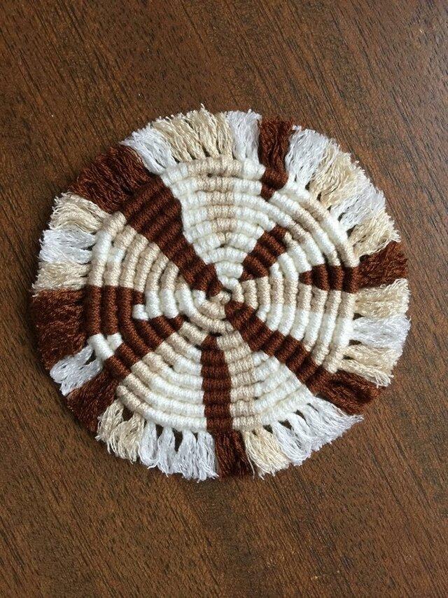 漂白剤が使えるマクラメ編み ぐるぐるコースター(M) 白×ベージュ×茶色の画像1枚目
