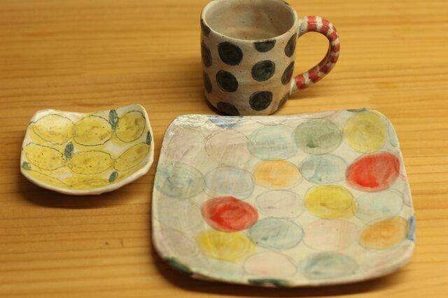 H様オーダー分 粉引きカラフルドットのトースト皿と黒ドットのカップとレモンの角小皿。の画像1枚目