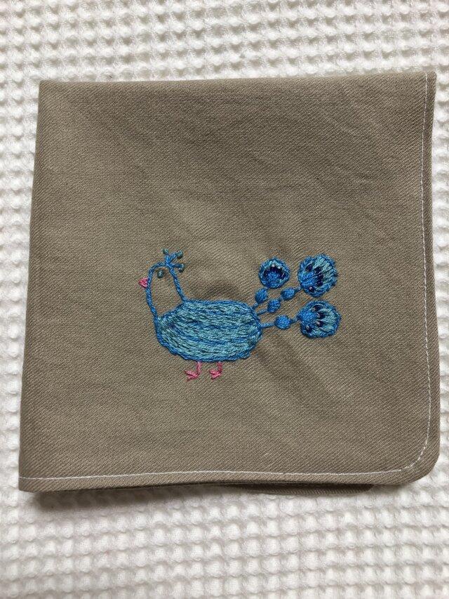 コットンの刺繍ハンカチ☆幸運の白孔雀の画像1枚目