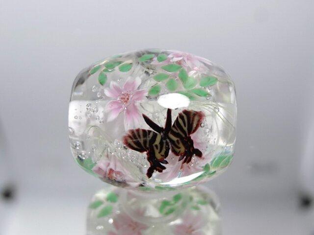 桜とギフチョウのとんぼ玉(ガラス玉)の画像1枚目