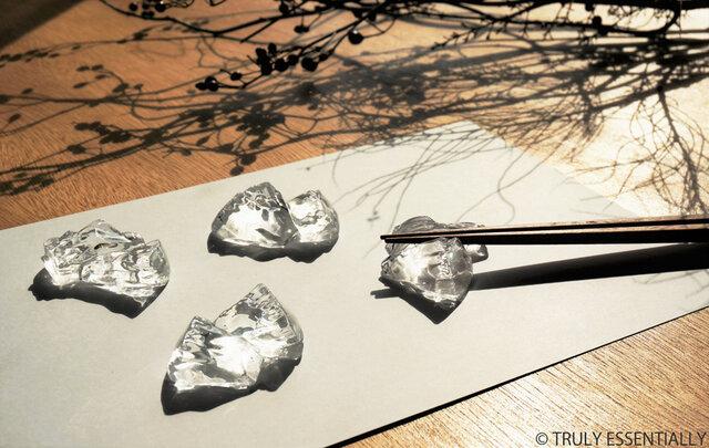 4個セット ● 無色透明ガラスの箸置き -「 KAKERAのヒカリ 」の画像1枚目