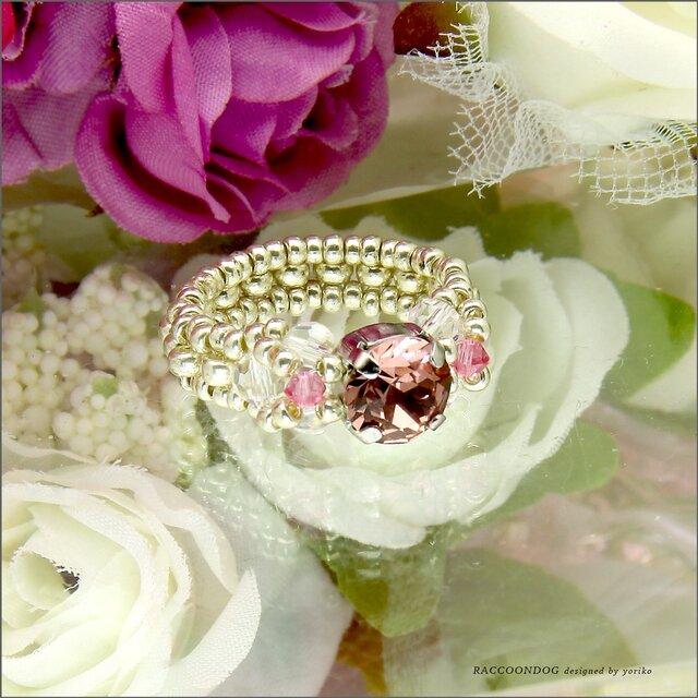 はにかみ屋さんの可愛いピンク色の大人リング【スワロフスキー(ブラッシュローズ) ビーズリング】《ビーズアクセサリー》の画像1枚目