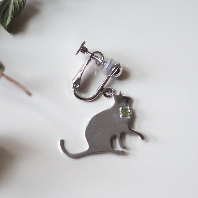 片耳 猫シルエットイヤリング(おねだり猫) ブルームーンストーン,ブルートパーズ,アメシスト,ペリドットの画像1枚目