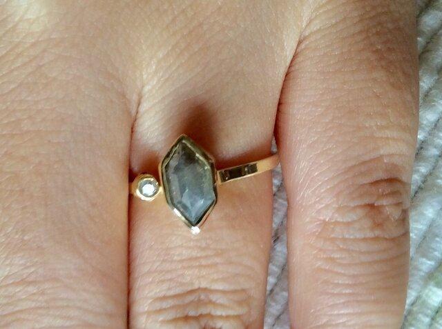 ナチュラルグレーヘキサゴン、ダイアモンドリングの画像1枚目
