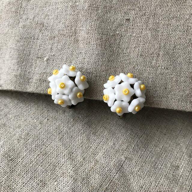 白いお花のイヤリングの画像1枚目