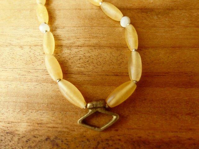 *石と真鍮と貝のネックレス@イエローカルサイト+マザーオブパール+真鍮のチャームの画像1枚目