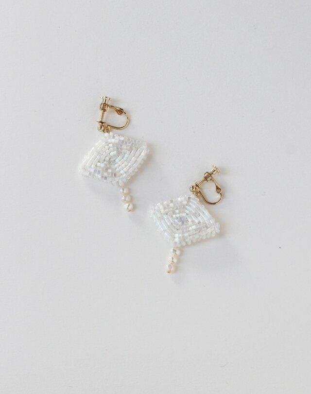 〈送料無料〉ひし形ビーズと小粒パールの耳飾り ホワイトの画像1枚目