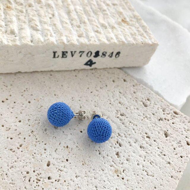 コットンレース糸の編み玉イヤリング/ピアス ライトブルーの画像1枚目
