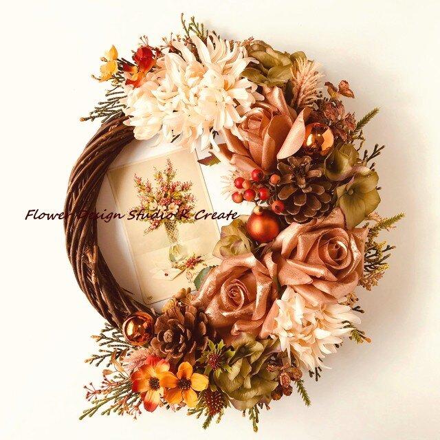 シャビーなオレンジベージュの薔薇とマムの秋色リースの画像1枚目
