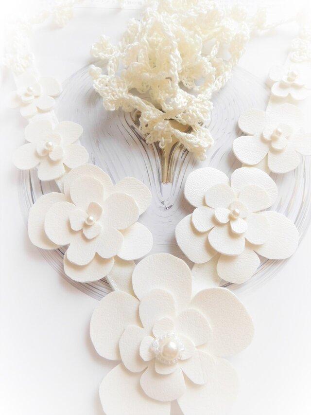 カジュアルにもフェミニンにも決まる 白い花のネックレスの画像1枚目