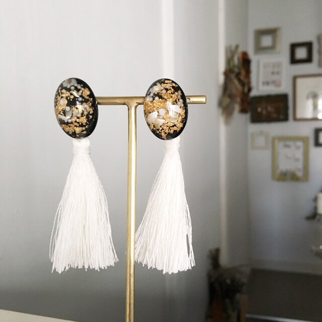 Black Cabochon with White Tassel earringsの画像1枚目