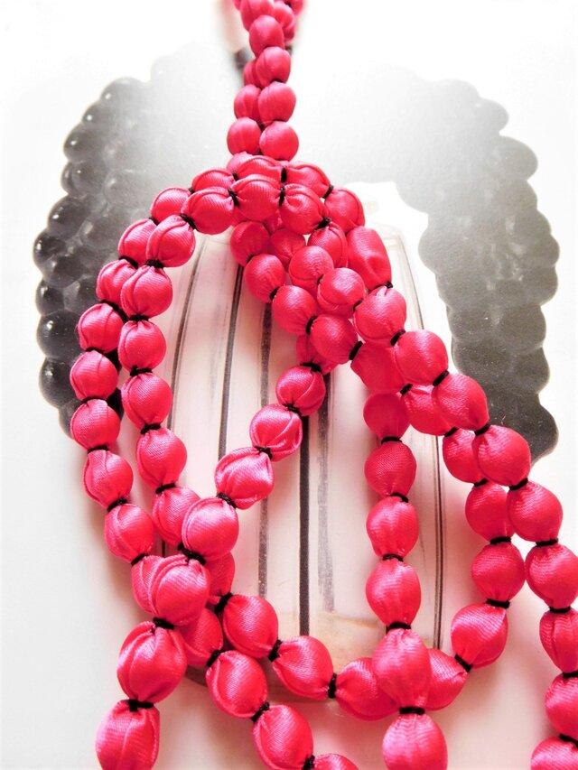ピンクの布玉ネックレス(黒糸)の画像1枚目