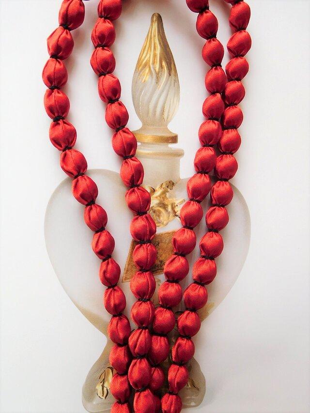 光沢のある赤 布玉ネックレス(黒糸)の画像1枚目