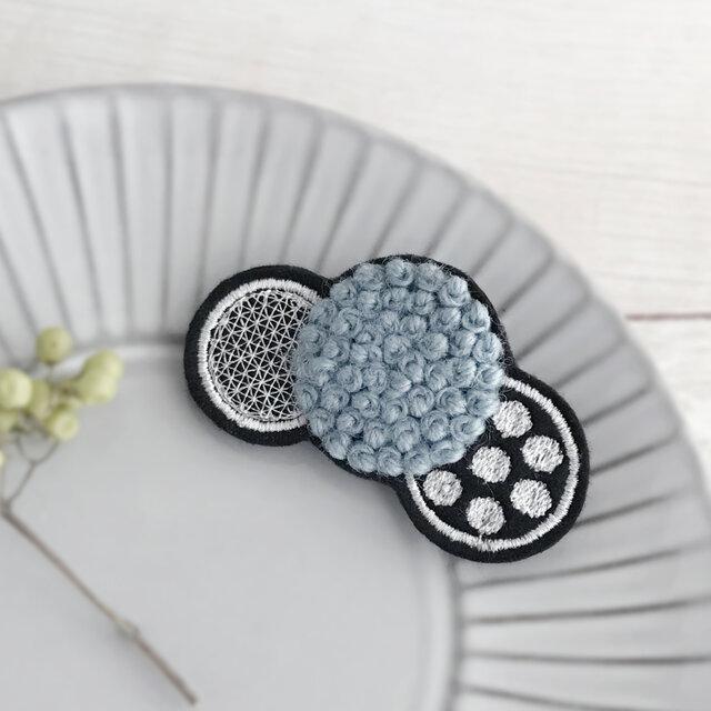 ふわもこ刺繍ドットブローチ(スモーキーブルー)【受注生産】の画像1枚目