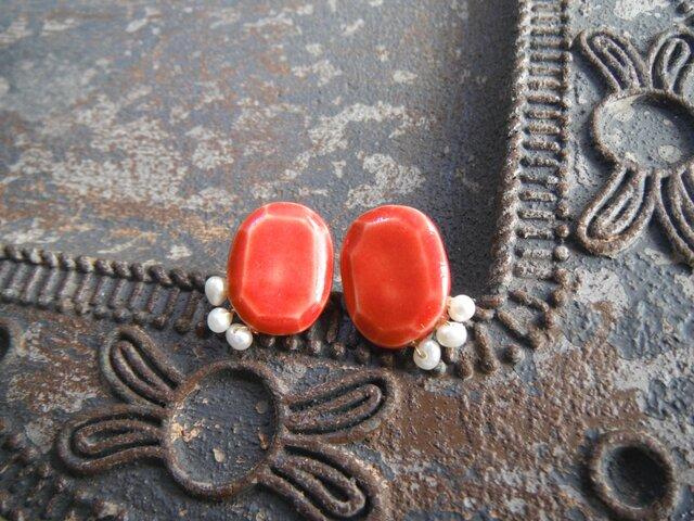 jewel cutに寄り添う淡水パールのピアス/イヤリング(赤)の画像1枚目