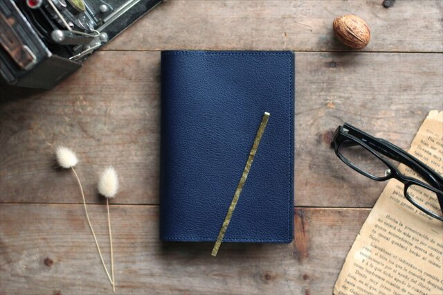 藍染革[shiboai] 文庫本ブックカバー(真鍮しおり付)の画像1枚目