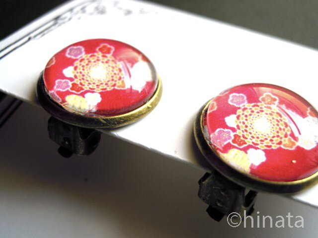 和風花柄のイヤリング(赤)の画像1枚目
