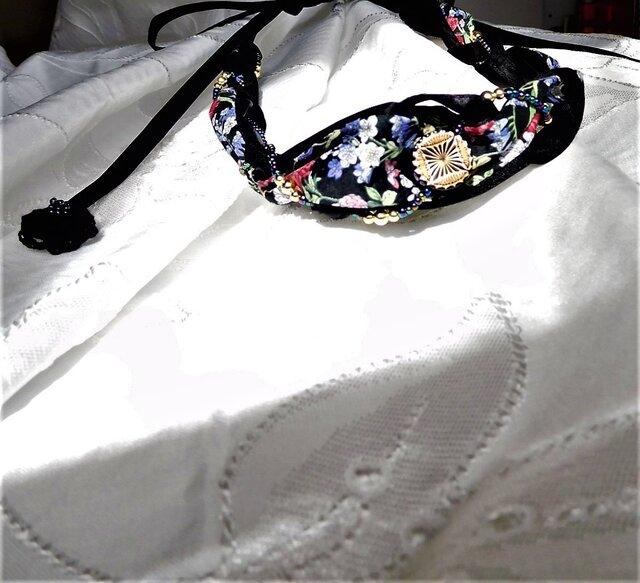 モノトーンに生える黒に花柄のネックレスの画像1枚目