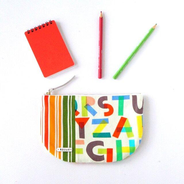 一点もの!デザイナーズ生地で作った英字アルファベット柄の半月型ポーチ・本革使用(ストライプの帆布)の画像1枚目