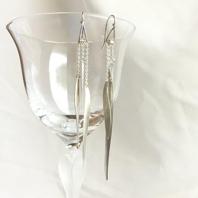 Silver950 の3枚の羽根のようなモチーフが揺れるピアスの画像1枚目