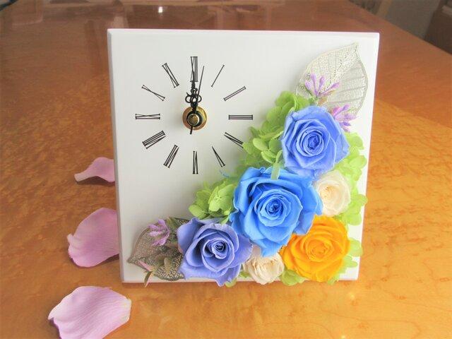 メタルリーフとシンデレラブルーのバラの時計  プリザーブドフラワー の画像1枚目