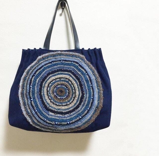 大きいまるまる模様の青色かばんの画像1枚目