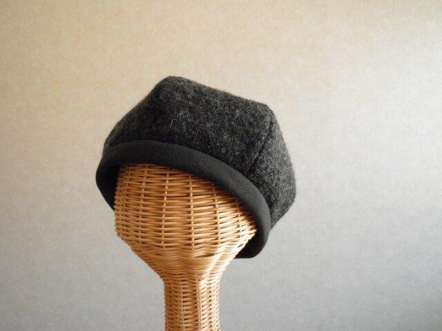 6枚はぎのベレー帽 チャコールグレーのニットの画像1枚目
