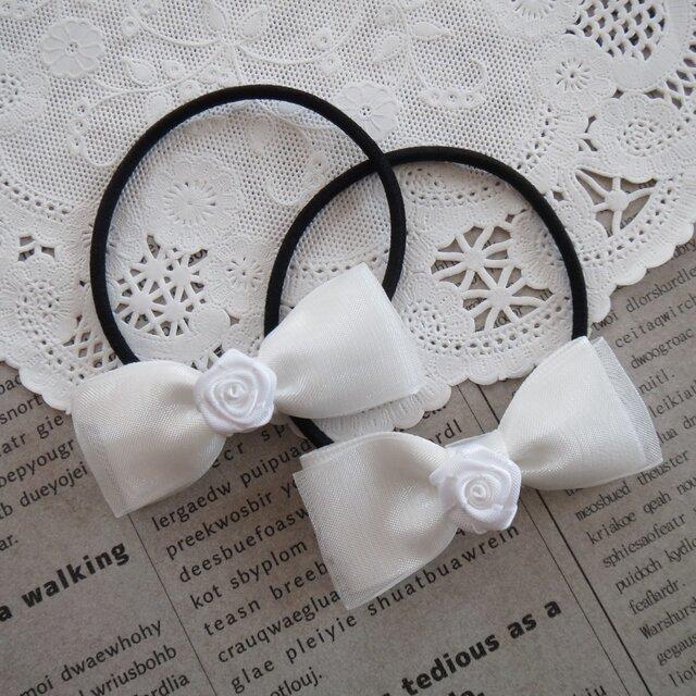 ★りぼん★ 白いバラとオーガンジーリボンのヘアゴムの画像1枚目