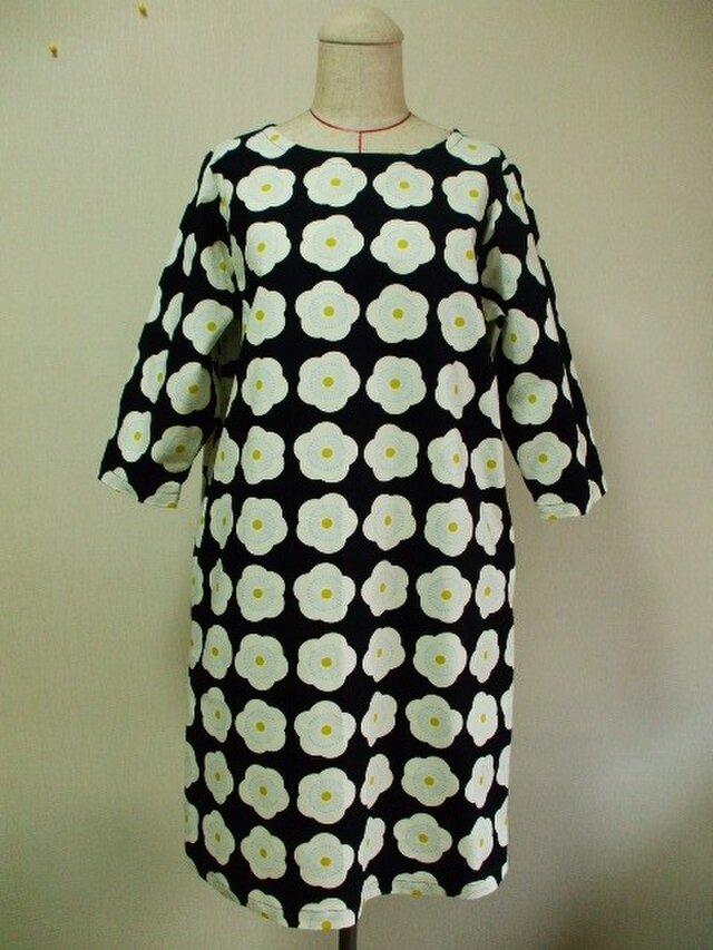 梅の花柄プリントラウンドネック7分丈袖ワンピース 両脇ポケット付き 3Lサイズ 黒色 受注生産の画像1枚目