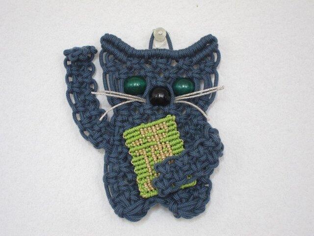 """小さな招き猫の壁掛け~草原で金ぴかの運をつかんだ""""ブルーグレー""""~マクラメ編みの画像1枚目"""