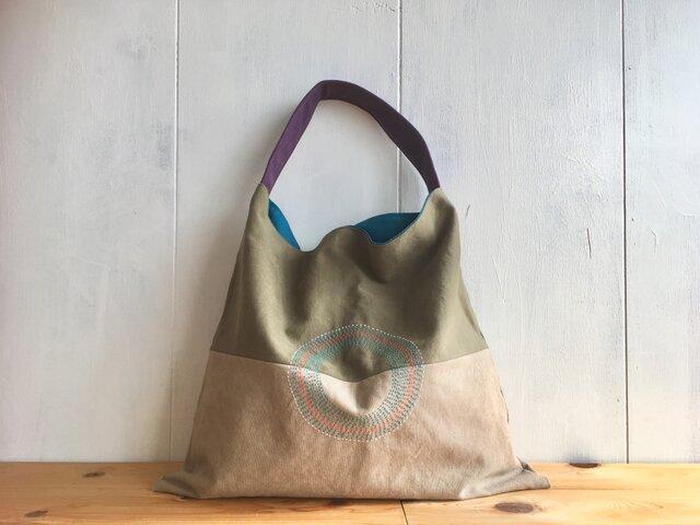 カーキ色と濃ベージュ色の三角鞄の画像1枚目