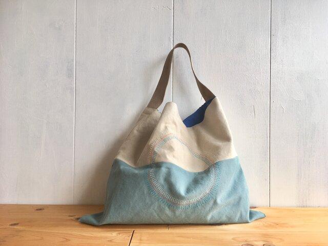 刺繍入り三角鞄 中は青空色の画像1枚目
