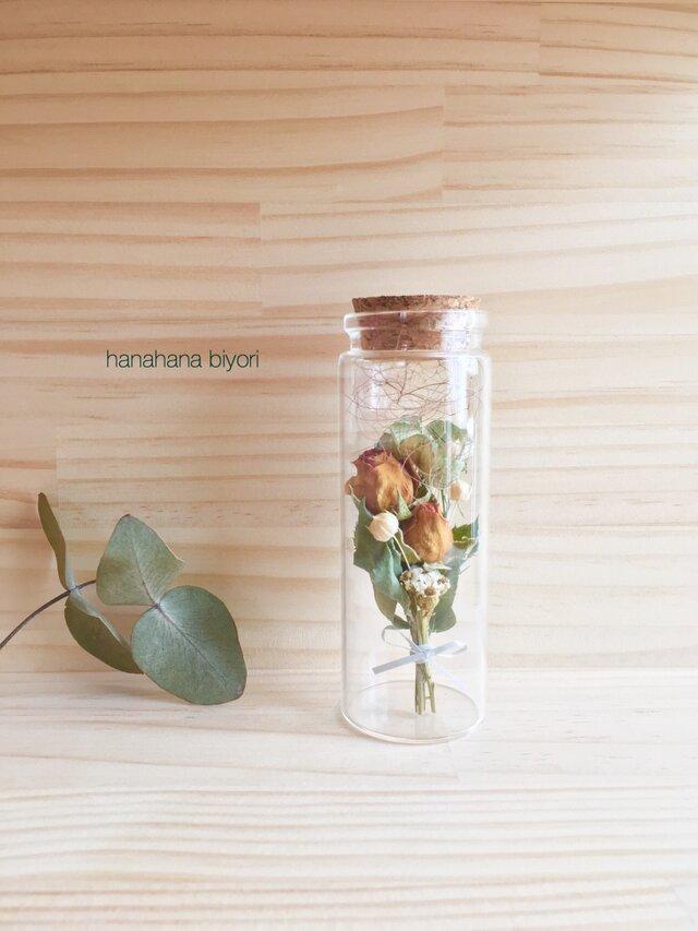 ミニバラと小花のミニミニブーケの小瓶 cの画像1枚目