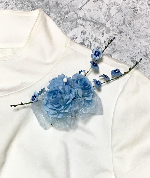 青いバラと小花のコサージュの画像1枚目