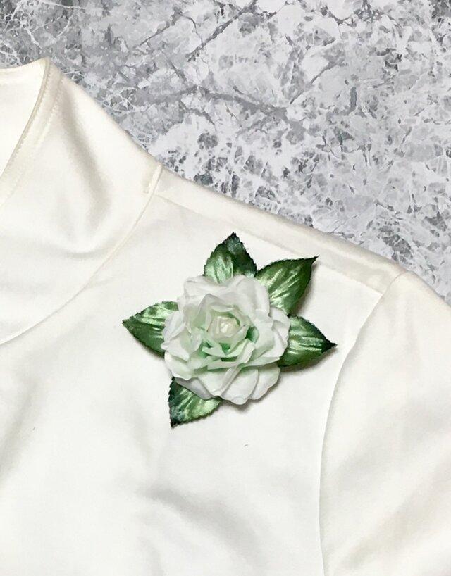 白バラのコサージュの画像1枚目