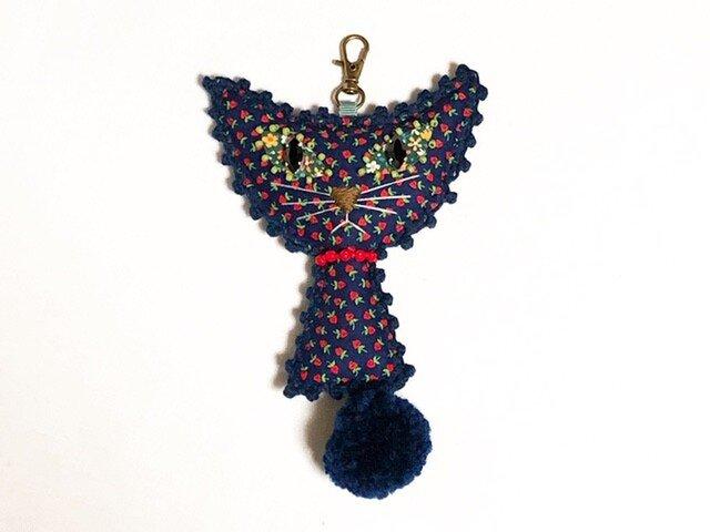 ポンポンしっぽの猫のバッグチャーム(ネイビー&いちご柄)の画像1枚目