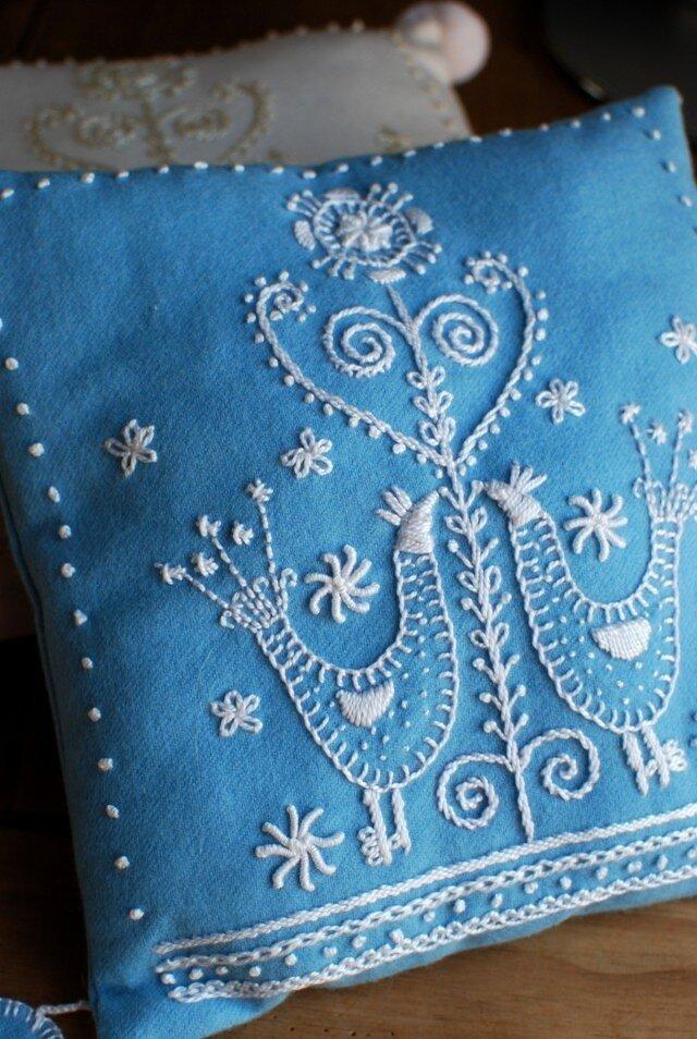 鳥の柄のスウェーデン刺繍のクッション〈ウール/ブルー〉の画像1枚目