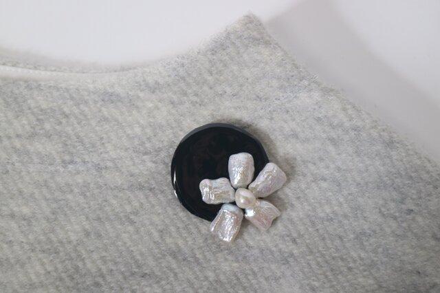 淡水真珠と七宝焼のブローチの画像1枚目