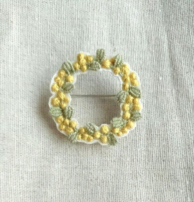 〈受注製作〉刺繍ブローチ mimosa wreath ②の画像1枚目