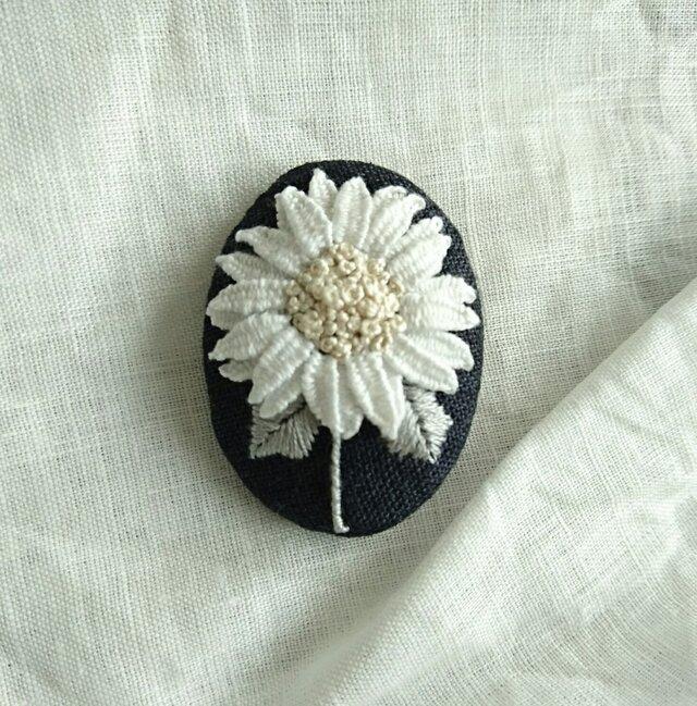〈受注製作〉刺繍ブローチ white sun flowerの画像1枚目