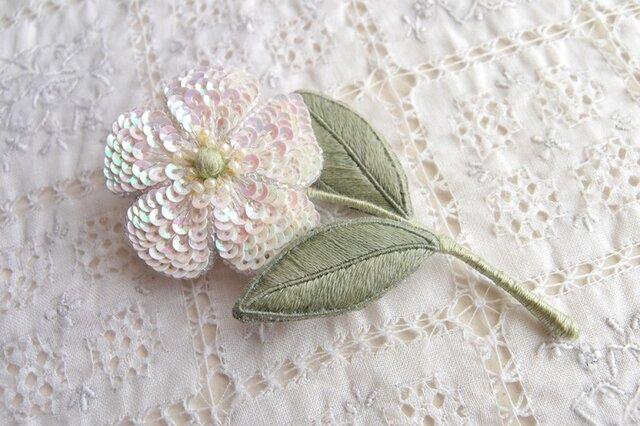 一輪の白い お花のブローチ Bの画像1枚目
