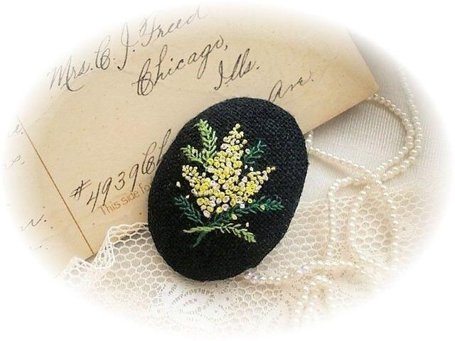 送料無料 黒リネン手刺繍ブローチ ミモザの画像1枚目